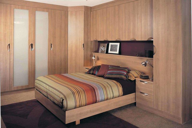 Как выбрать встроенный шкаф в маленькую спальню: советы с примерами на фото