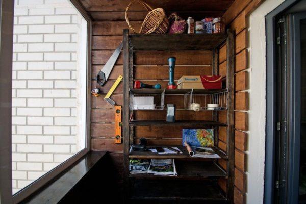 Открытый стеллаж на балконе