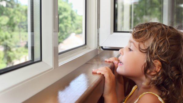 Ребёнок на балконе