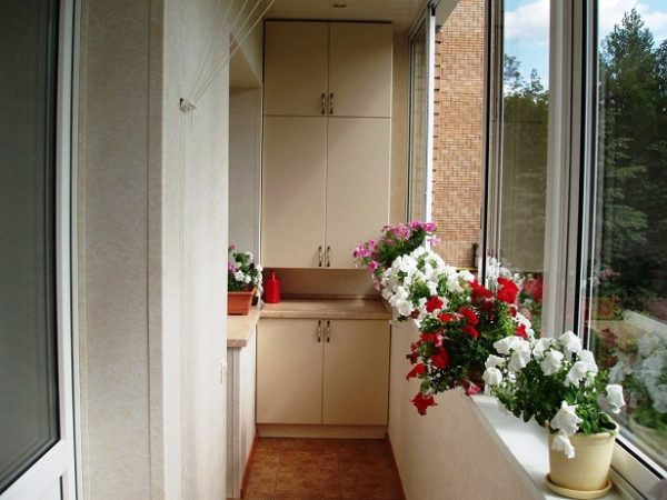 Шкаф на узком балконе