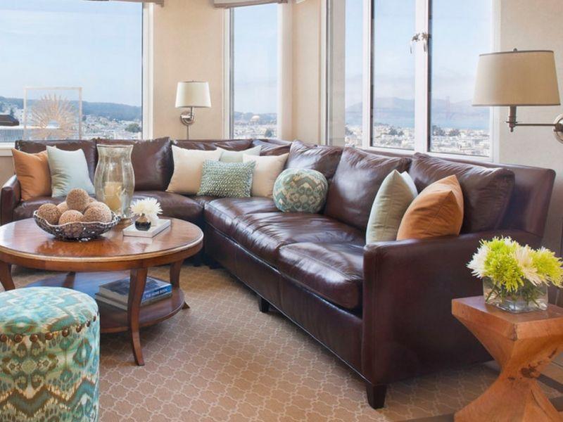 Подушки на коричневый диван: советы хозяевам
