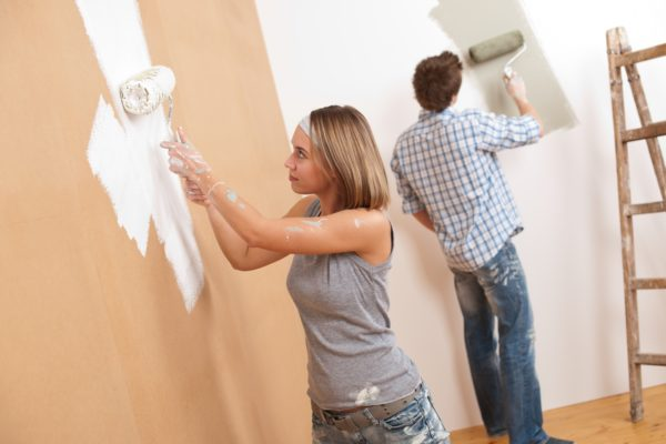 Пара делает ремонт в квартире