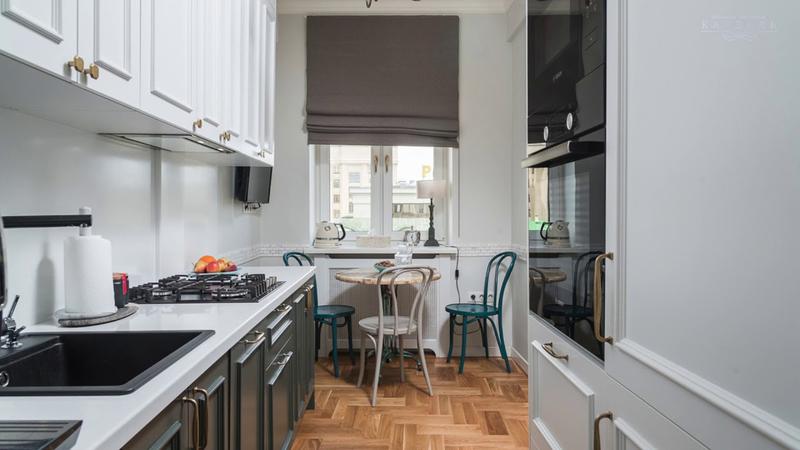 Какой стол поставить на узкой кухне: практичные решения