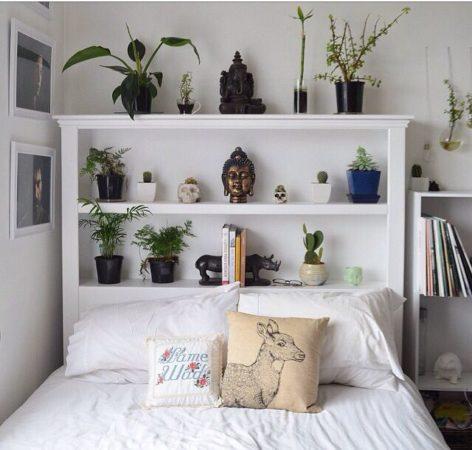 что можно поставить на полки в спальне