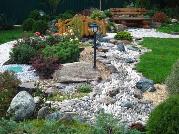 Ручей из разных камней в ландшафте