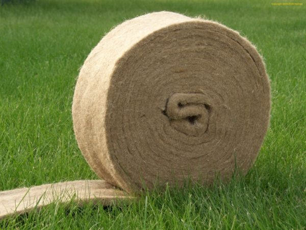 Рулон джута на траве