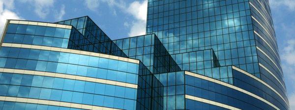 Здание со стеклянным фасадом