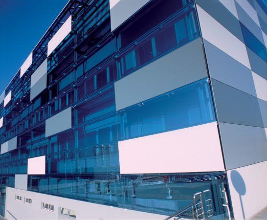 Многоэтажный дом со стеклянным фасадом