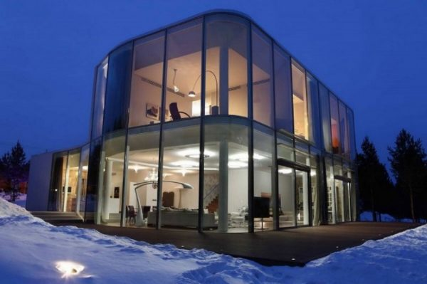 Жилой дом со стеклянными стенами