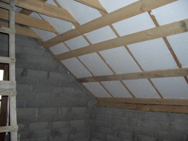 Утеплённый панельный потолок бани